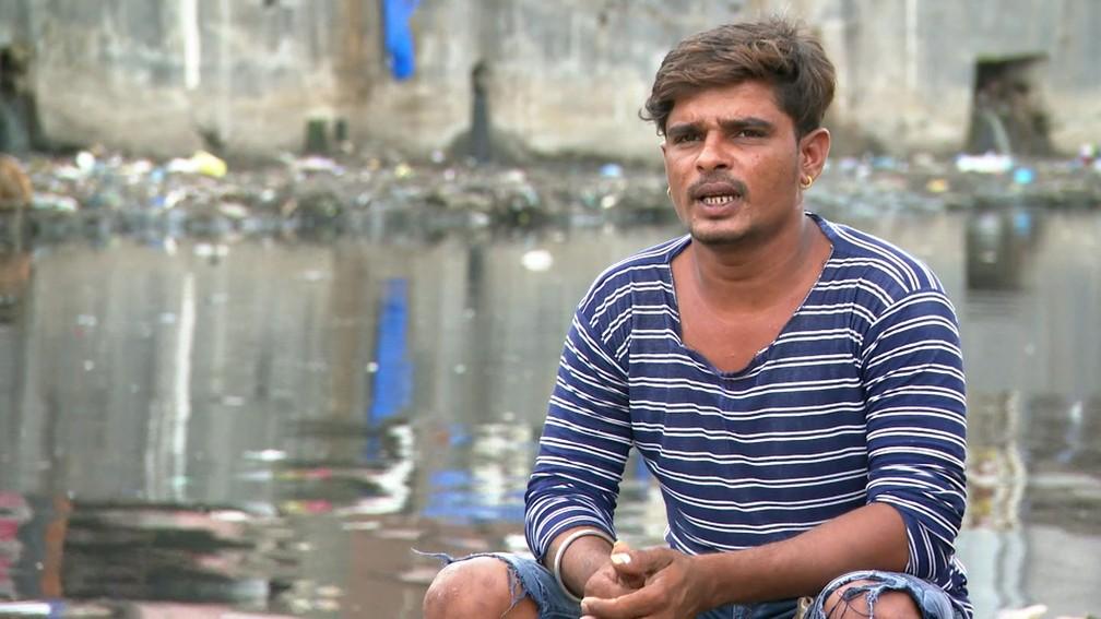 Sanjay Waghela, inventor da balsa de isopor, ajuda a família com o que ganha no transporte  (Foto: Reprodução/ BBC)