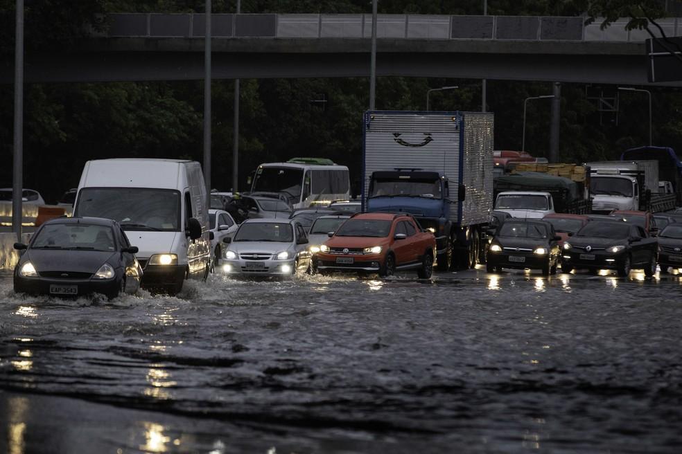 Carros tentam atravessar trecho alagado na ponte Cidade Jardim, Zona Oeste de São Paulo, na manhã desta segunda-feira (10). Fortes chuvas atingiram a capital paulista na madrugada. — Foto: BRUNO ROCHA/FOTOARENA/ESTADÃO CONTEÚDO