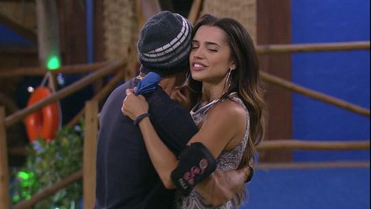 Ayrton dança com Paula e Jéssica e diz para a personal: 'Você vai ficar'