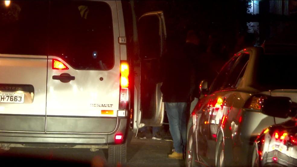Vans levam pessoas até balada clandestina na cidade de São Paulo — Foto: Reprodução/GloboNews