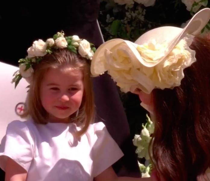 Kate se abaixou para conversar com a filha (Foto: Reprodução Youtube)
