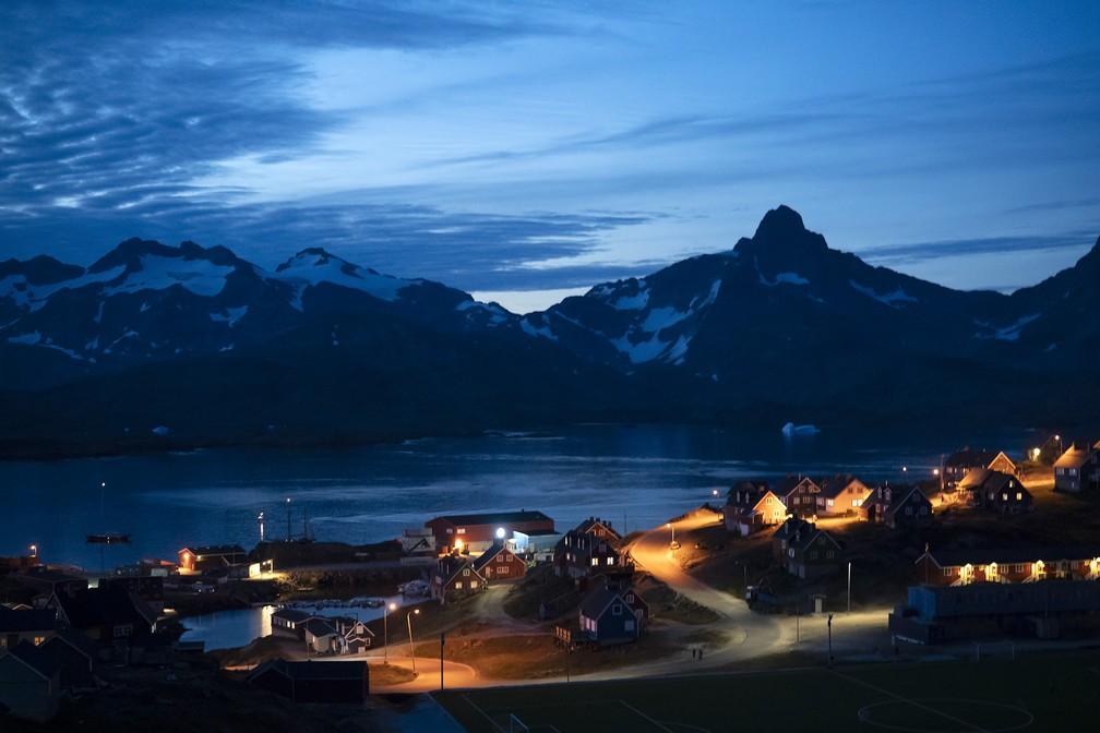 Casas iluminadas em Tasiilaq, na Groenlândia — Foto: Felipe Dana/AP