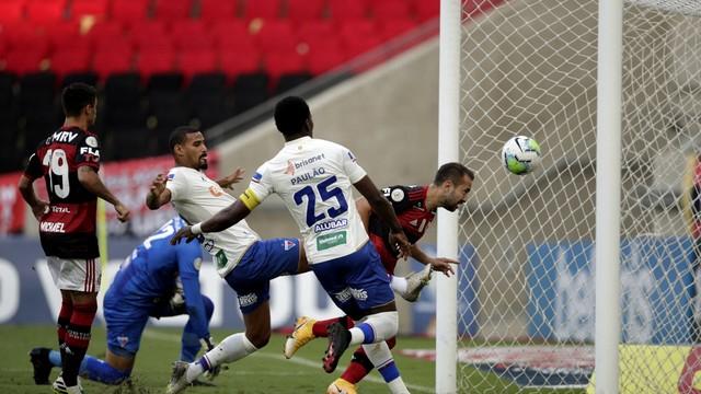 Everton Ribeiro faz o gol do Flamengo sobre o Fortaleza