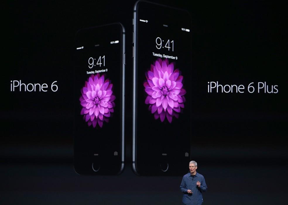 Tim Cook CEO da Apple anuncia novos iPhone 6 e iPhone 6 Plus Aparelhos desta linha ou mais recentes tero desconto no preo de baterias substitutas em 2018 Foto Justin SullivanGetty Images North AmericaAFP