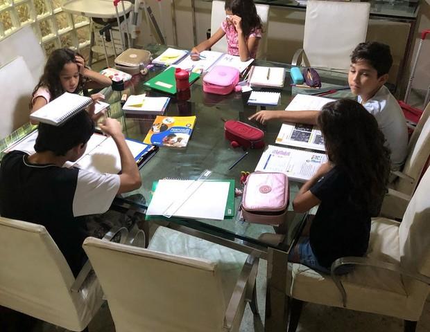 Julyana se divide para acompanhar a lição de casa dos meninos, que acontece todo dia a tarde (Foto: Reprodução Instagram)