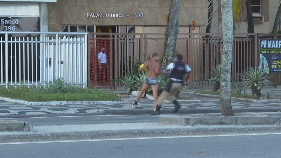 Homem é abordado pela Guarda Municipal na Praia de Ipanema, tenta fugir e acaba detido — Foto: Henrique Lima/TV Globo/Reprodução