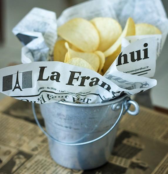 As batatas chips podem ser servidas em um baldinho forrado com folhas de papel-manteiga