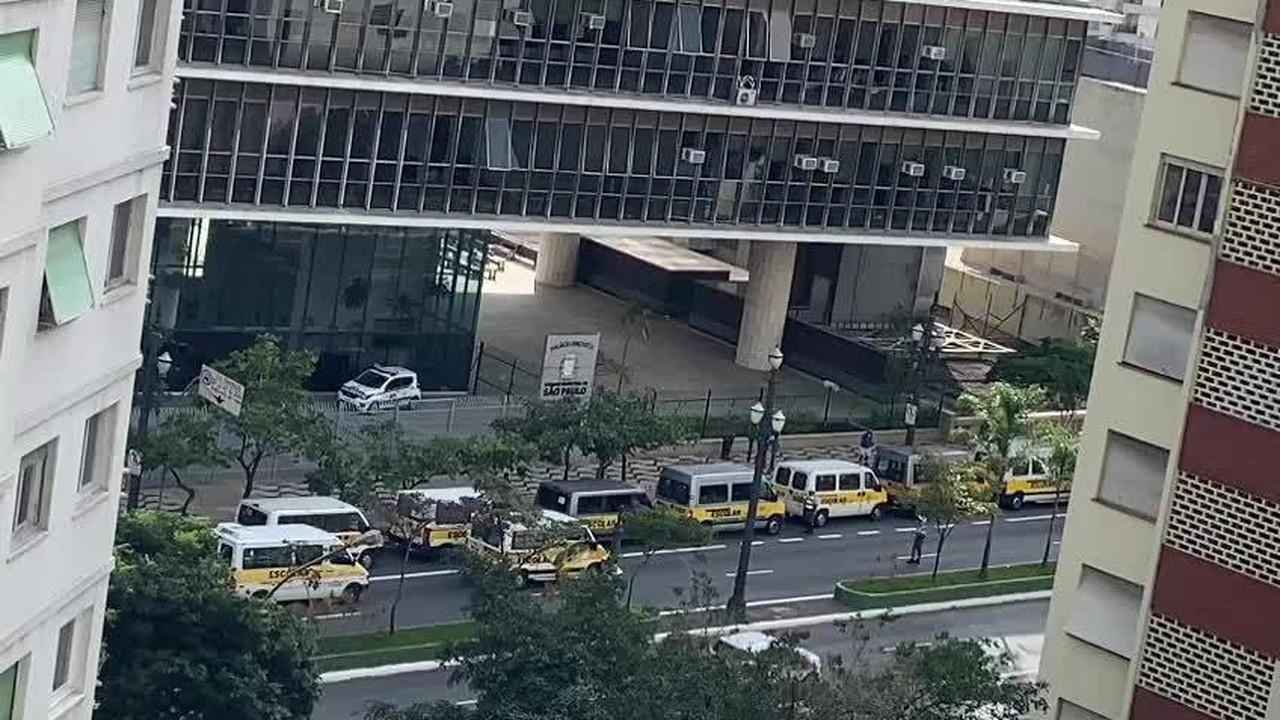 Motoristas de vans escolares protestam na cidade de SP