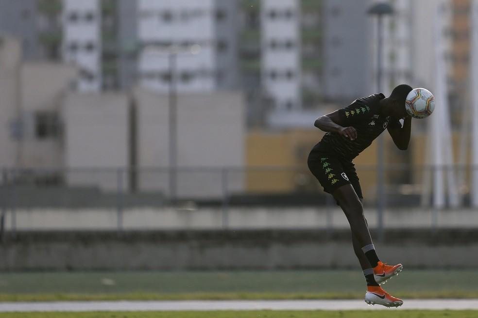 Matheus Babi em treino do Botafogo no Nilton Santos — Foto: Vitor Silva/Botafogo