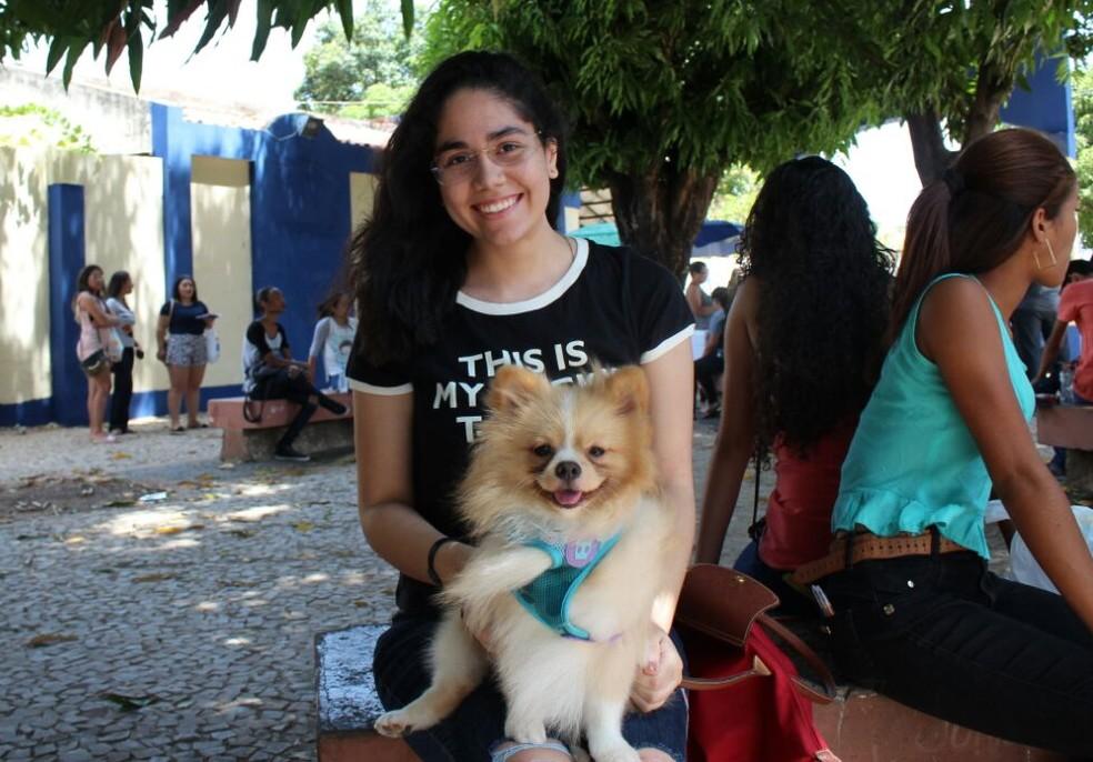 ENEM 2017 - DOMINGO (5) - TERESINA (PI) - Bento foi acompanhar Maria Clara até os portões abrirem (Foto: Lucas Marreiros/G1)