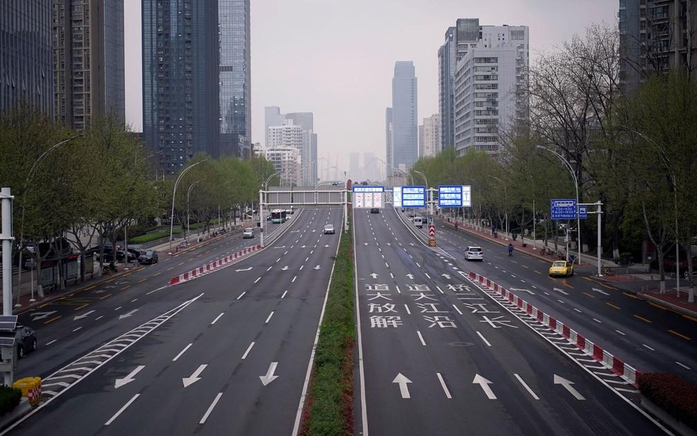 Vista de uma avenida praticamente deserta em Wuhan, na China, na terça-feira (31) — Foto: Reuters/Aly Song