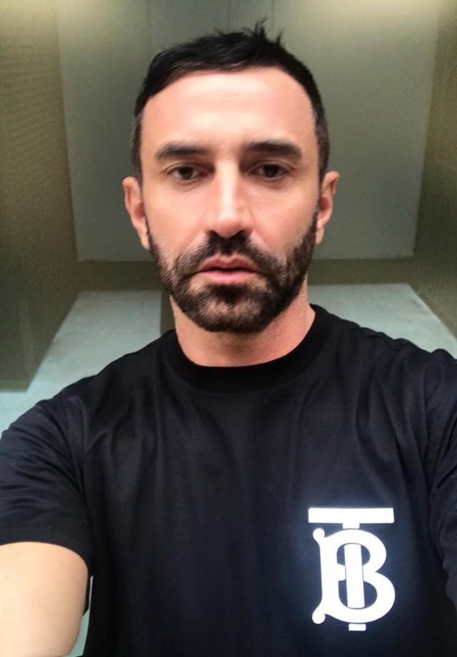 Riccardo Tisci e sua camiseta de logo da Burberry (Foto: Instagram Riccardo Tisci/ Reprodução)