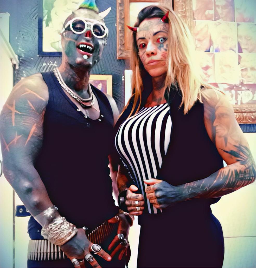 Diabão tem 85% do corpo tatuado, e a Mulher Demônia, 65% — Foto: Arquivo Pessoal