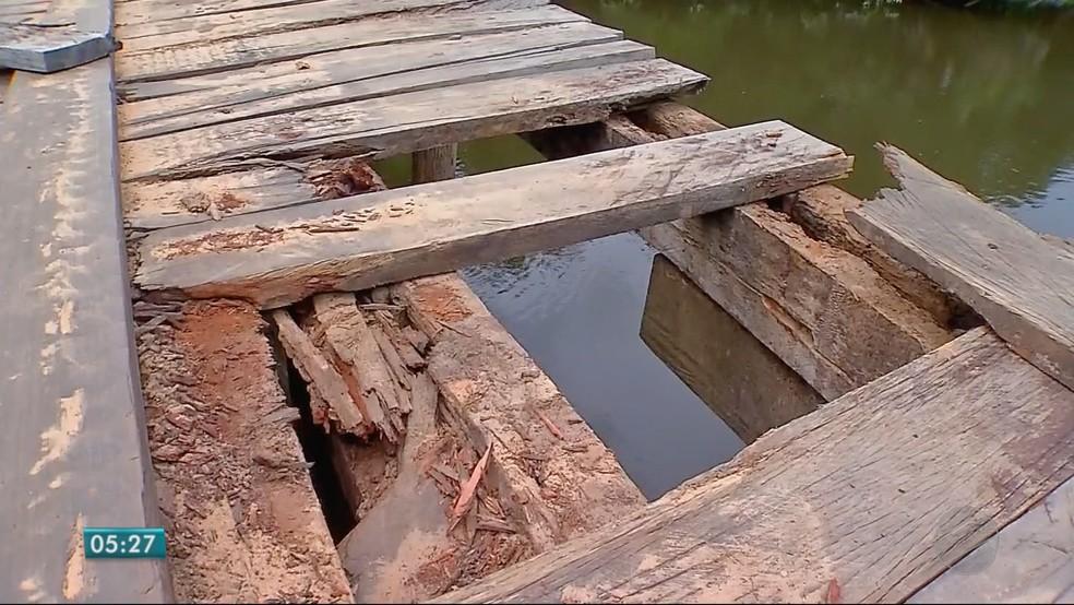 Estruturas de madeira estão danificadas — Foto: TVCA/ Reprodução