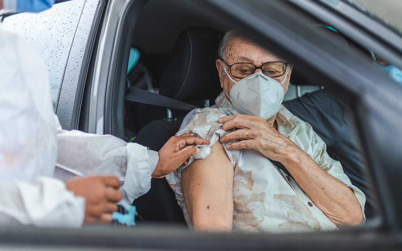Aplicação da 2ª dose da vacina contra Covid-19 para idosos com hora marcada começa na sexta-feira em Salvador