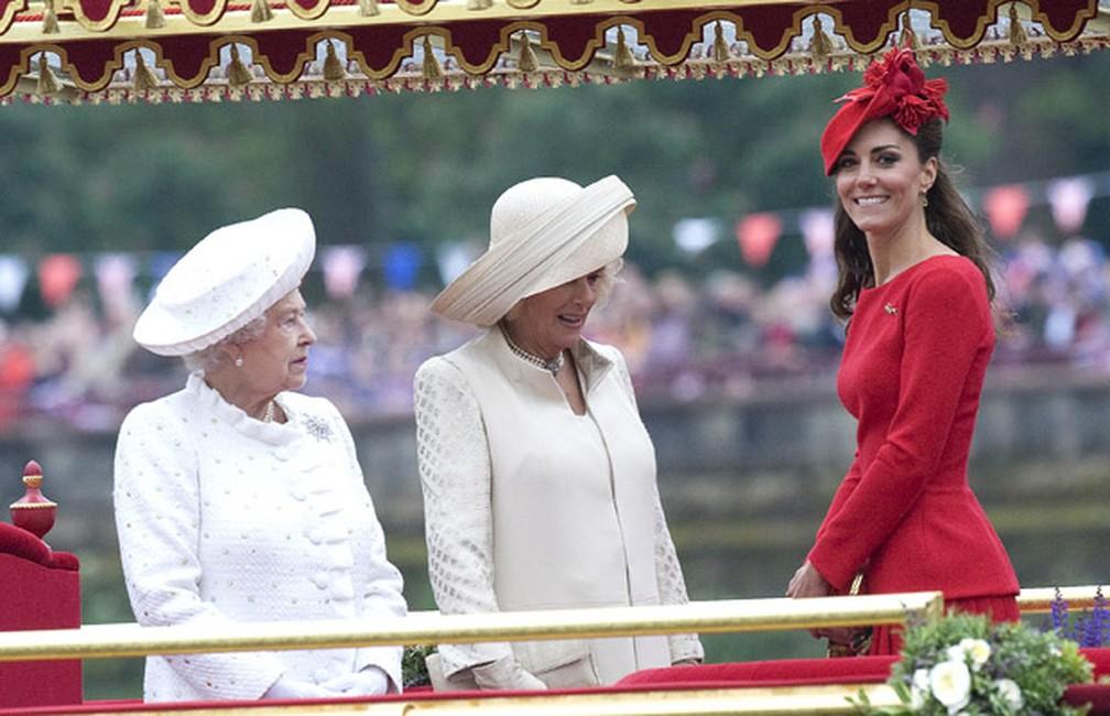Kate Middleton, duquesa de Cambridge, Camilla Parker-Bowles, duquesa de Cornwall e Elizabeth II durante o Diamond Jubilee, que comemora os 60 anos de reinado da rainha.  — Foto: AP Photo/Dylan Martinez, Pool