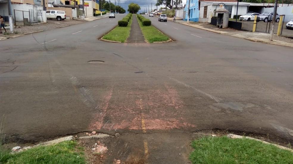 Idosa foi atropelada enquanto caminhava no canteiro central da Avenida Moacir Júlio Silvestre — Foto: Eduardo Andrade/RPC Guarapuava