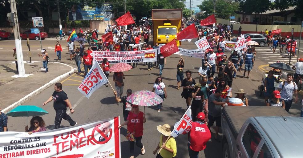 Manifestantes caminharam pelo Centro de Macapá (Foto: John Pacheco/G1)
