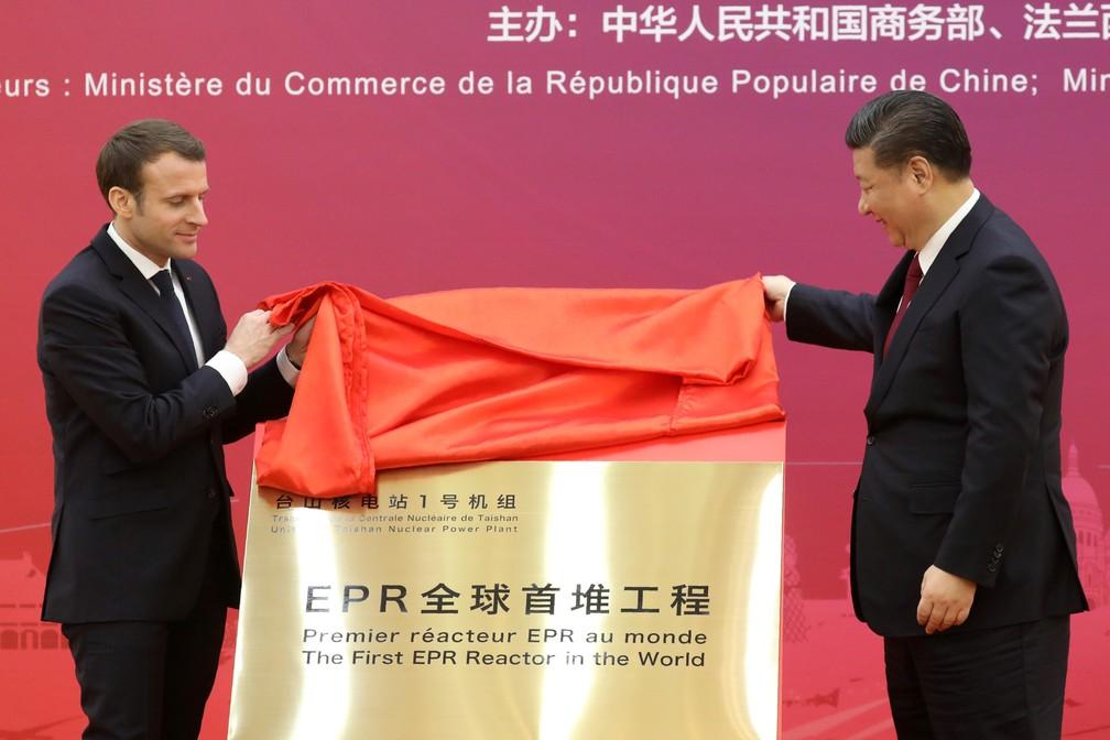 9 de janeiro - O presidente francês Emmanuel Macron e o presidente chinês Xi Jinping revelam uma placa durante a primeira reunião do conselho comercial França-China em Pequim (Foto: Ludovic Marin/Pool/AFP)