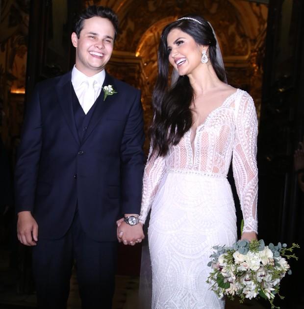 Os noivos, Matheus e Paula, saindo da igreja (Foto: Wallace Barbosa e Anderson Borde/AgNews)
