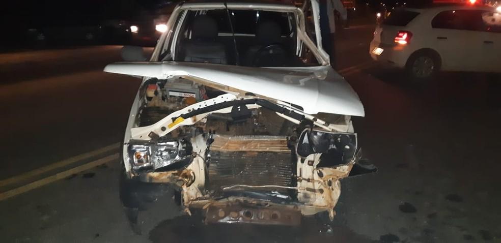 Motorista embriagado bateu de frente com outro carro e na lateral de micro-ônibus — Foto: PRF/Divulgação