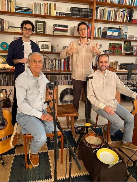 Caetano Veloso fez live com os filho, Tom, Moreno e Zeca (Foto: Globo)