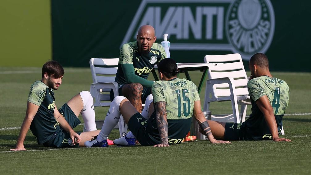 Felipe Melo conversa com companheiros na Academia do Palmeiras — Foto: Cesar Greco / Ag. Palmeiras