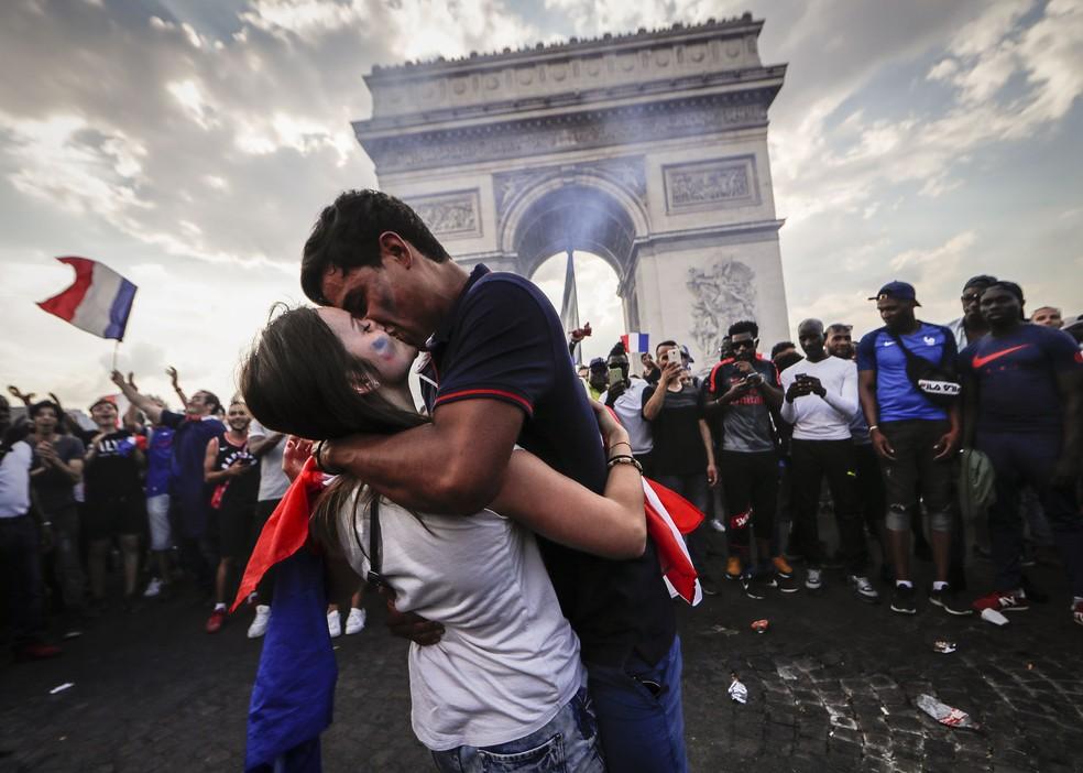 Franceses na Champs Elysees, em Paris (Foto: EFE)