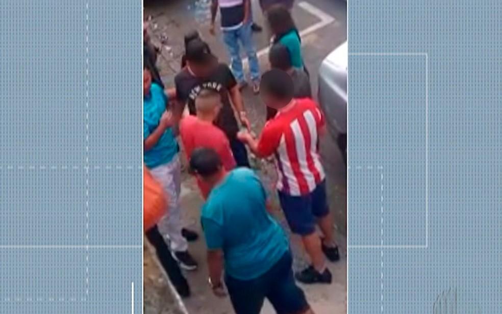 Vídeo mostra homem entregando dinheiro em frente a um ponto de votação para o conselho tutelar de Ferraz de Vasconcelos, no domingo (6) — Foto: Reprodução/ TV Diário