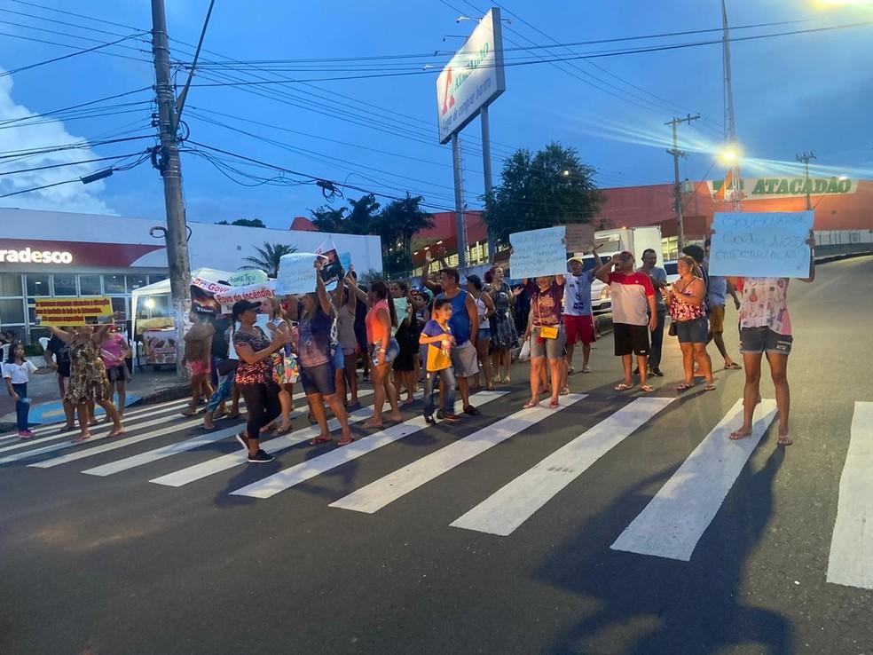 Moradores afetados por incêndio em 2018 fazem protesto para cobrar por indenização — Foto: Patrick Marques/G1 AM