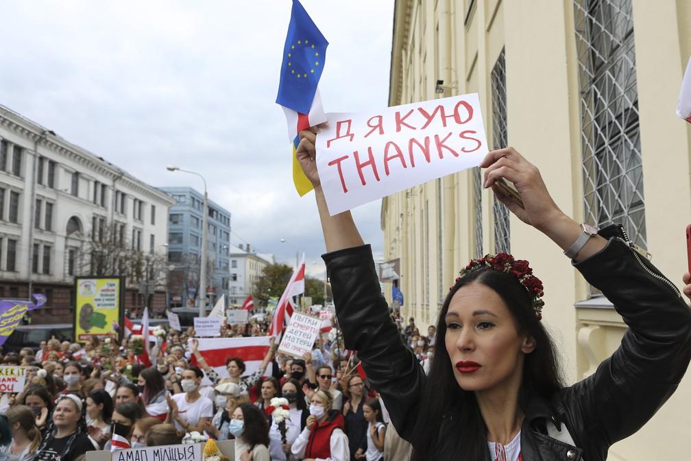 5 de setembro - Mulher segura pequenas bandeiras durante protesto contra os resultados oficiais da eleição presidencial, em Minsk, Belarus — Foto: AP Photo