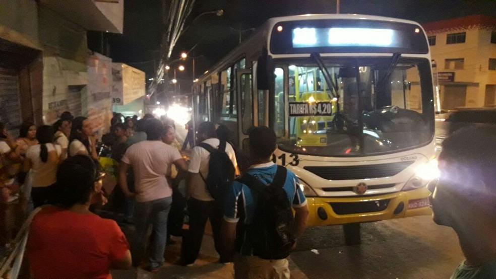 Ônibus da linha 121 foi assaltado em Natal (Foto: Sérgio Henrique Santos/Inter TV Cabugi)