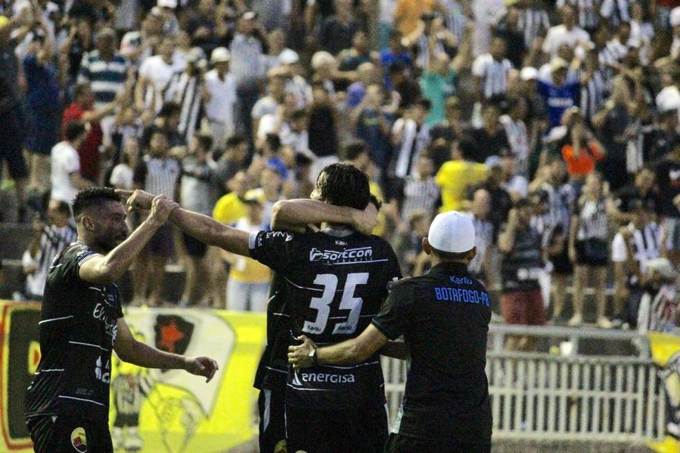 Após o gol, Kível correu para abraçar o técnico Evaristo Piza (Foto: Nádya Araújo / Botafogo-PB)