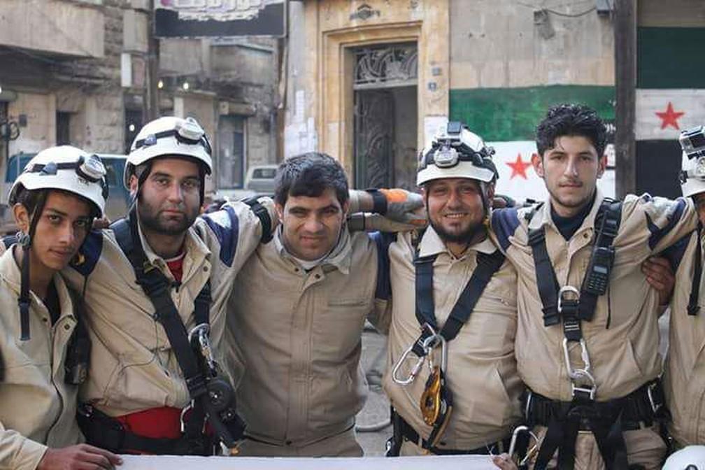 Ammar al Selmo (ao centro) conta que perdeu cerca de 100 amigos capacetes brancos até o momentos. Os dois que aparecem à direita da foto foram mortos — Foto: Arquivo pessoal
