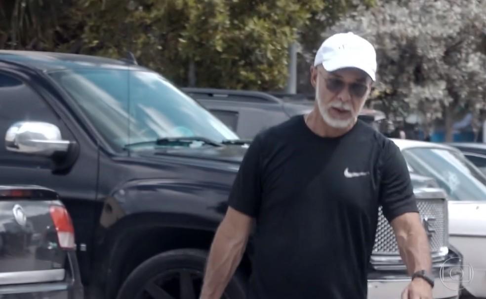 Arthur Soares, conhecido como Rei Arthur, durante caminhada em Miami, nos Estados Unidos. Ele levava uma vida de luxo na cidade — Foto: Reprodução/ Fantástico