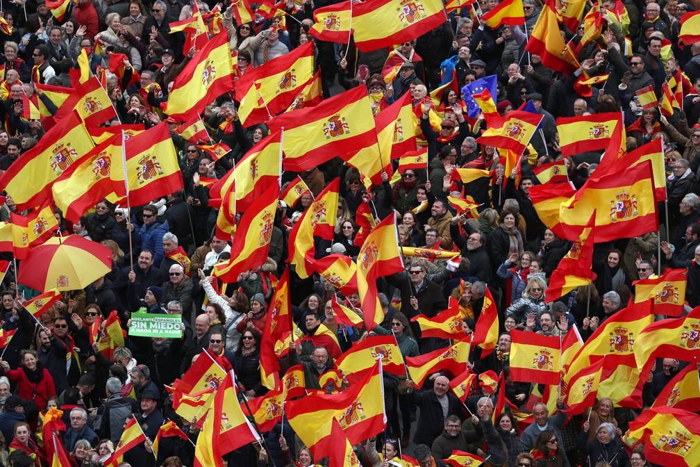 Manifestantes que atenderam à convocação de partidos de direita levaram bandeiras para protestar contra Pedro Sanchez, em Madri, neste domingo (10)  — Foto: Sergio Perez/ Reuters