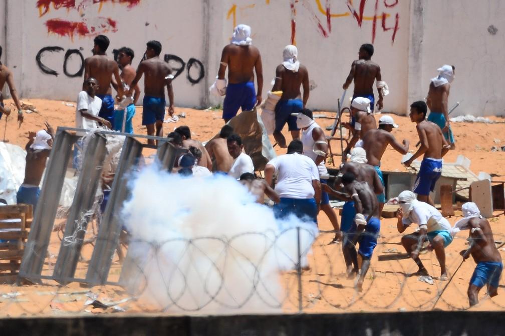 Confronto de facções na penitenciária de Alcaçuz, perto de Natal, no Rio Grande do Norte, em janeiro de 2017 (Foto: Andressa Anholete/AFP)