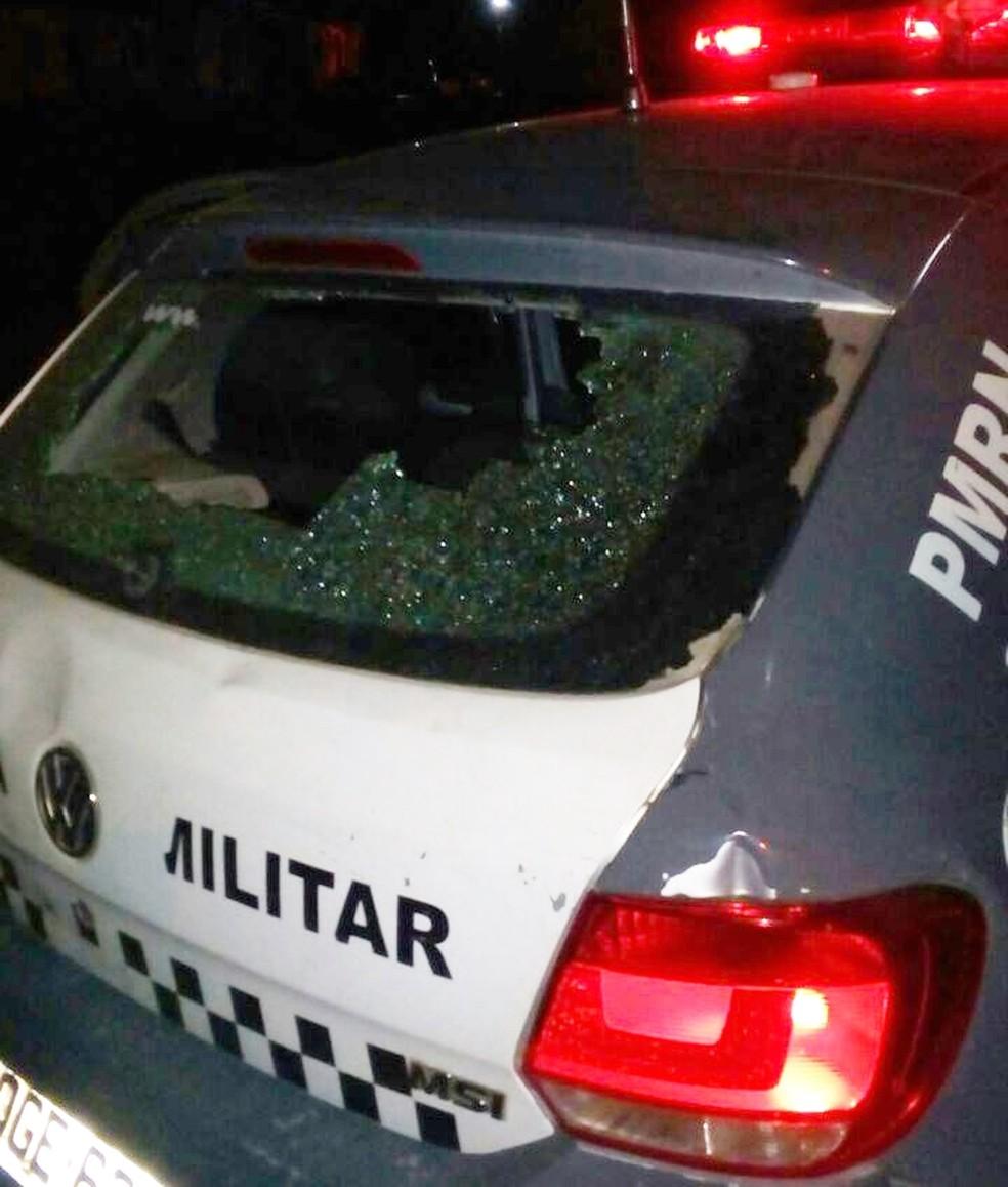Em meio ao confronto, um dos tiros acertou o para-brisa do carro da PM. A bala saiu pelo vidro traseiro da viatura (Foto: PM/Divulgação)