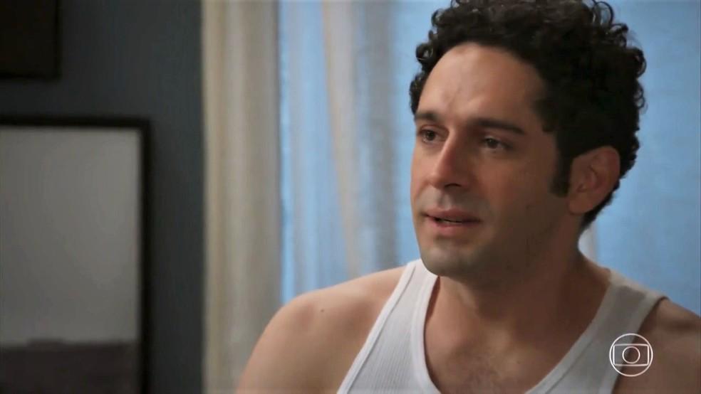 Beto (João Baldasserini) se sente culpado e não consegue fazer amor com Tancinha (Mariana Ximenes) - 'Haja Coração' — Foto: Globo