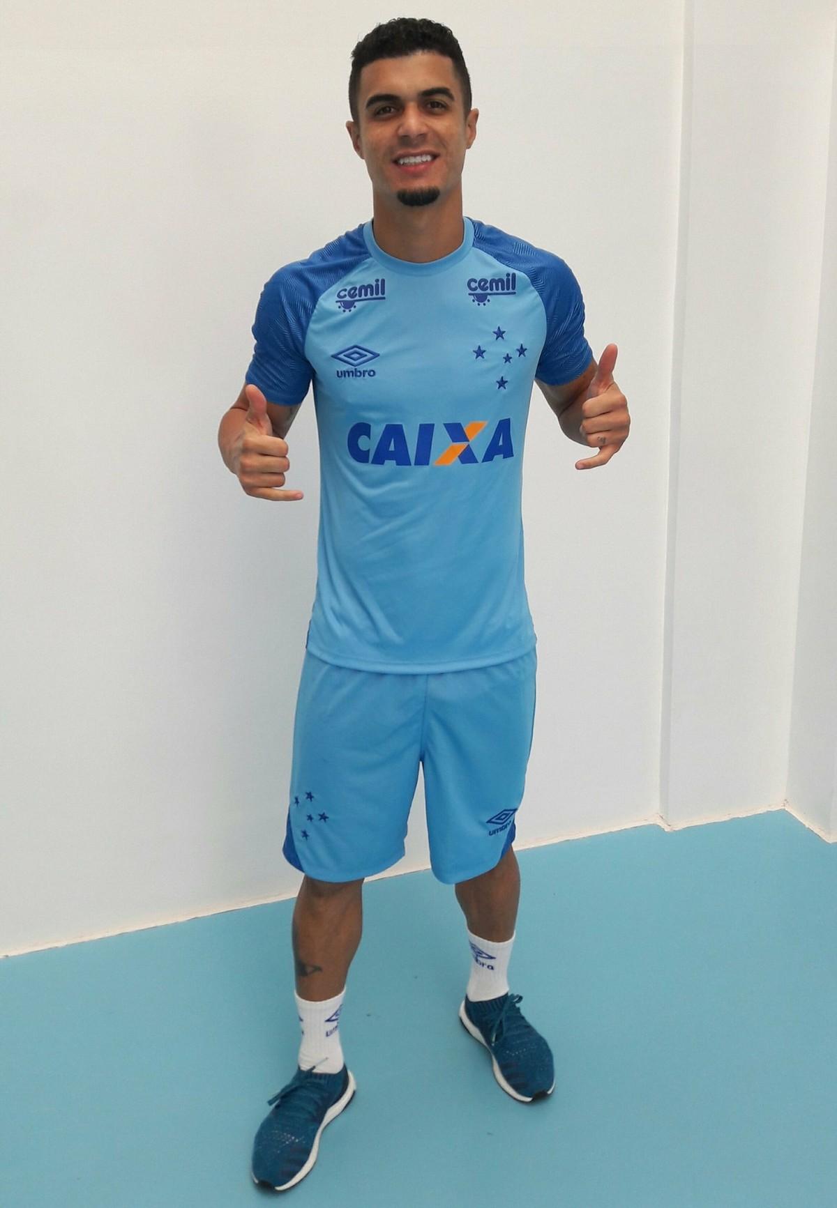 Novo uniforme do Cruzeiro já está na linha de produção  lançamento será em  março  cf86691863bf3