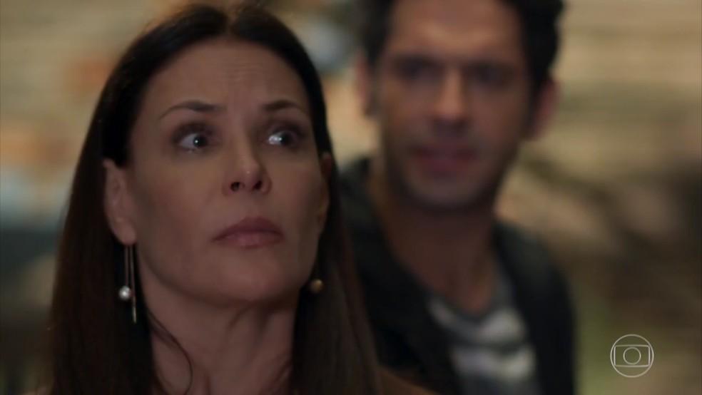 Penélope (Carolina Ferraz) é surpreendida com Beto (João Baldasserini) - 'Haja Coração' — Foto: Globo