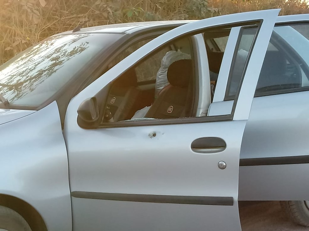 Tiros causaram perfuração no veículo. Ismauro morreu com quatro disparos, sendo três na cabeça. — Foto: Reprodução/PCRO