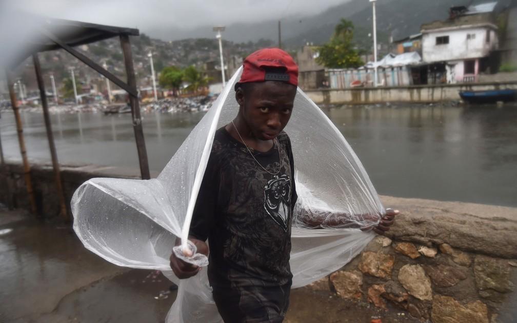 Chuva chega ao Haiti antes da passagem do furacão Irma, que causou pelo menos 10 mortes em ilhas do Caribe (Foto: Hector Retamal/AFP)
