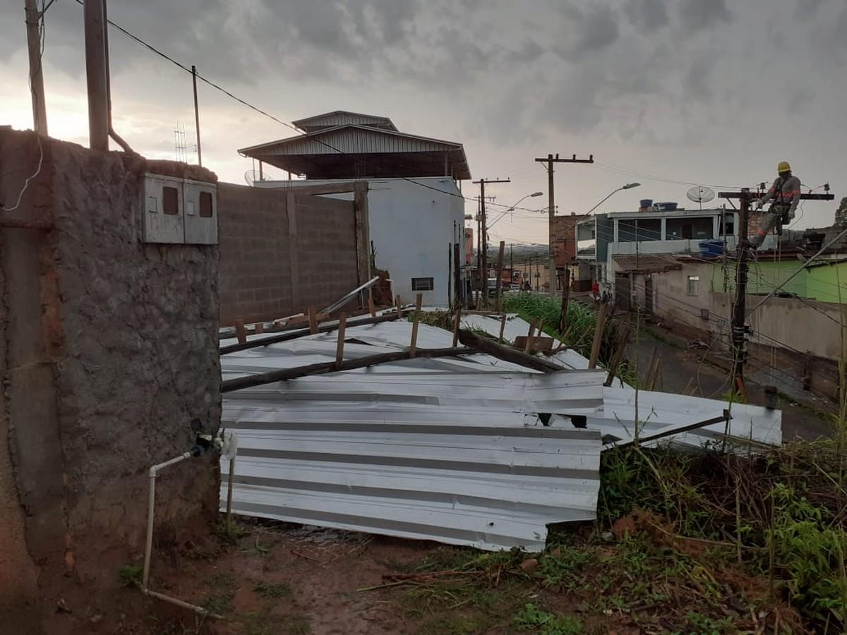 Chuva e ventania deixam casas destelhadas em Barbacena - G1