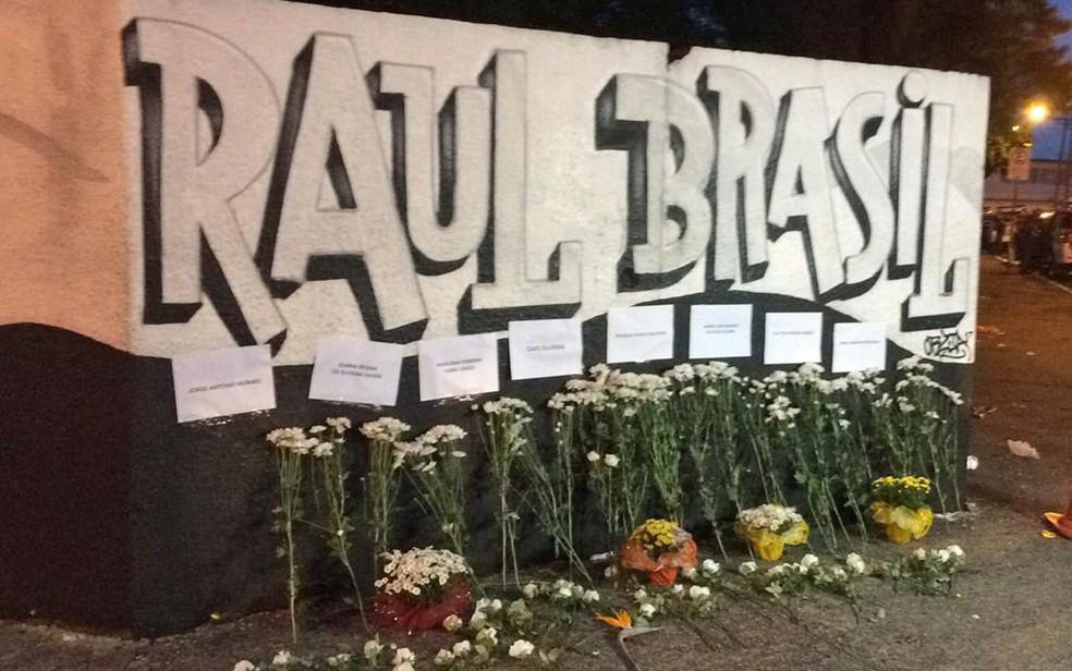 Flores são depositadas no muro da Escola Estadual Raul Brasil em homenagens às vítimas do massacre em Suzano — Foto: Alan Severiano/TV Globo