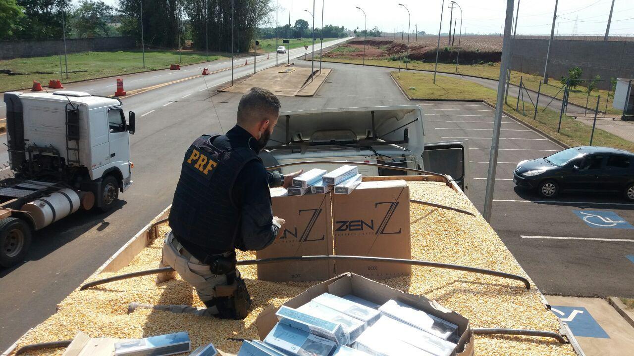 PRF apreende 450 mil maços de cigarros escondidos em carregamento de milho, em Marechal Cândido Rondon - Notícias - Plantão Diário