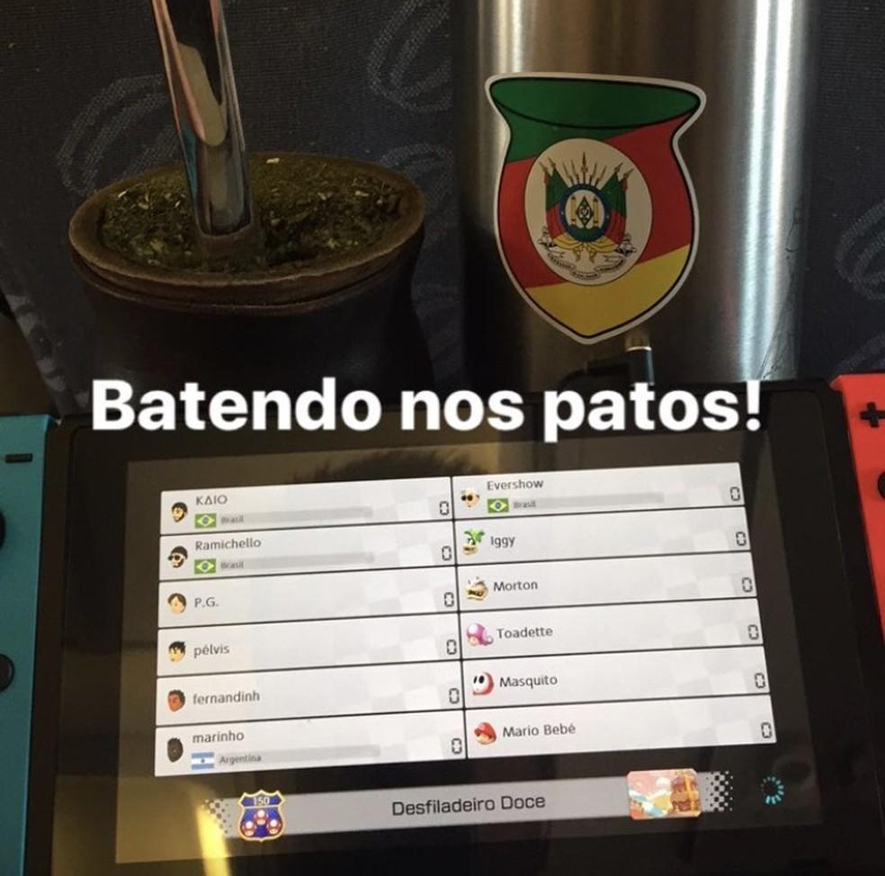Ramiro postou duelo com companheiros em aeroporto (Foto: Reprodução/Instagram)