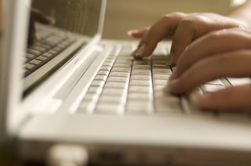 Usuários reais estão sujeitos à manipulação de perfis falsos nas redes sociais  (Foto: CDC/Amanda Mills)