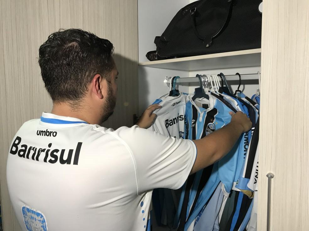 Gremista arruma camisas do time no guarda-roupa de casa (Foto: Lucas Barros/GloboEsporte.com)