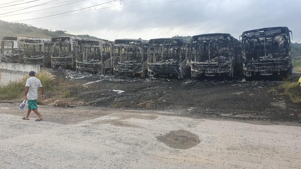 Ônibus atingidos pelo fogo ficaram completamente destruídos; caso aconteceu em Vitória de Santo Antão, na Zona da Mata de Pernambuco, nesta quarta-feira (6) — Foto: Geraldo Damásio/WhatsApp